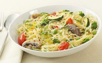 Кабачок спагетти с грибами и тертым сыром